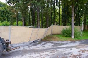 Der Zaun lag quer über die Straße. Jetzt wird er vom Bagger wieder aufgestellt.