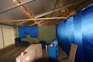 Mit diesen Tüchern werden die Kabinen im VIP-Zelt dekoriert