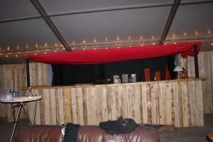 Auf dem Tresen aufgereiht sind verschiedenste Laternen und Lampen.