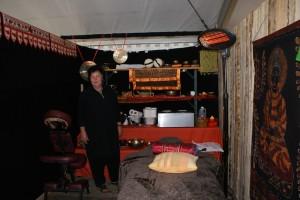 Birgit vor ihrem Equipment im gemütlichen Massageraum