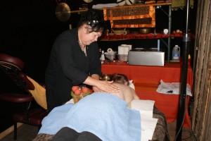 Manu auf der Massageliege