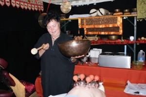 Hier hält Birgit die große Klangschale; sie wiegt über 4 Kilo