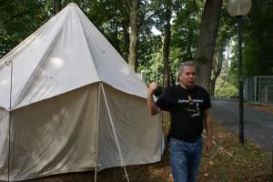 Fotografiere das Zelt bitte dann, wenn es geschmückt ist!