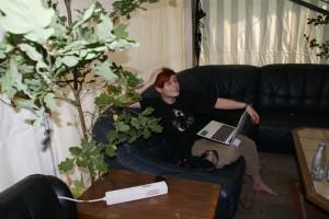 Schwitzende Videobloggerin bei der Arbeit (im Zelt hat es gefühlte 1000 Grad)