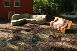 Gemütliche Sitzecke vor der unteren Latrine mit Gräbern...