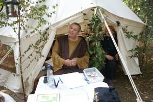 Ich habe doch noch ein Bild vom Workshop-Zelt. Denn jetzt ist auch Martin in Gewandung zu sehen.