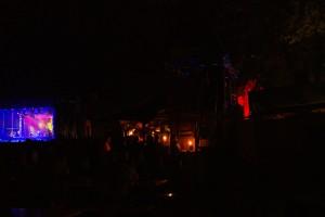 Tavernen bei Nacht, im Hintergrund die Schlossbühne