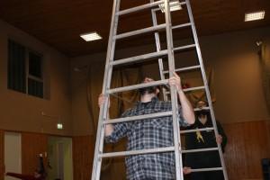 Was treiben die beiden mit der Leiter?