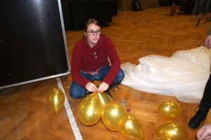 Hanna kämpft mit den Luftballons