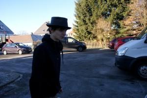 Mann trägt wieder Hut