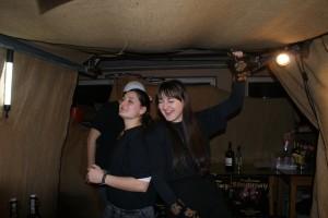 Nicht nur das Publikum tanzte, nein auch Lena und Lea im Ausschank machten mit