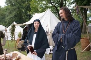 ...und Schwestern vom Kloster Wellertal bieten den Gästen Brot und Getränke an.