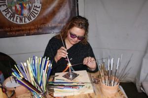 Die Perlenmacherin bei der Arbeit