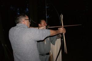 Der Bogenlehrer nimmt die Schützen an die Hand