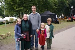 Eine Familie, die Toleranz hinsichtlich der Gewandung zeigt