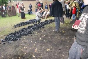 Die Kohle wird ausgebreitet und gelöscht. Sonst verbrennt sie komplett und das wäre ja blöd.