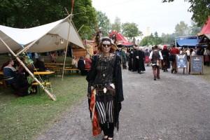 Eine Frau mit einem aufwendig gestaltetem Gewand