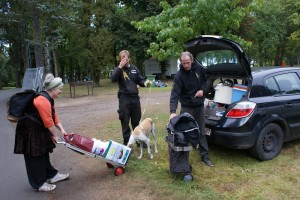 Jürgen und Sven bringen Rose und ihre Sachen  nachhause