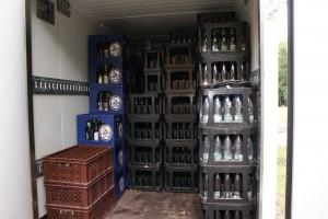 Darin sind die restlichen Getränke und die Gläser der Brauerei